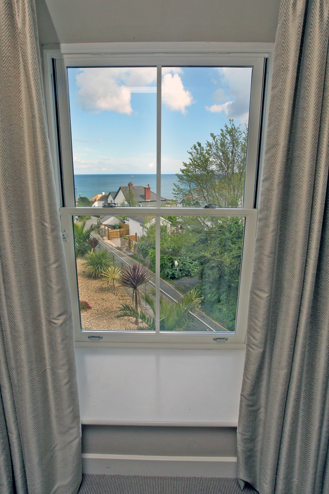 LlawnrocRm11j 16/06/2016 Room 11, a generous dual aspect suite room with sea views and a large bathroom with a separate shower and bath.This suite can be made as a double or twin room.